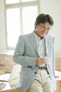コーヒーカップを持つミドル男性の写真素材 [FYI02508981]