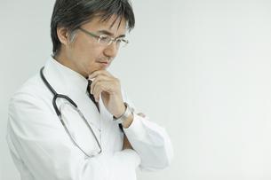 下を見て考える日本人の医師の写真素材 [FYI02508995]