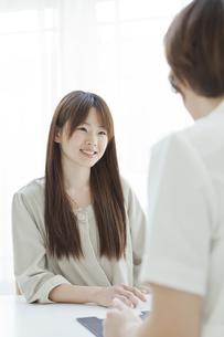 エステサロンでカウンセリングを受ける若い女性の写真素材 [FYI02509091]