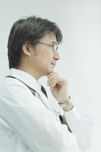 横顔の考える日本人の医師の写真素材 [FYI02509115]
