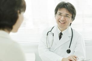 中年女性を問診する日本人の医師の写真素材 [FYI02509211]