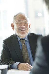 会議をするビジネスマンの写真素材 [FYI02509284]