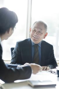 会議をするビジネスマンの写真素材 [FYI02509355]