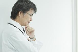 下を見て考える日本人の医師の写真素材 [FYI02509393]