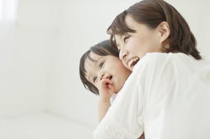 母親に抱っこされてれて笑う赤ちゃんの写真素材 [FYI02509396]