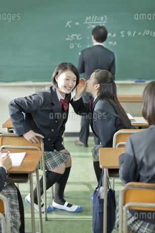 授業中内緒話をする女子校生の写真素材 [FYI02509456]