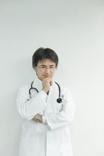 下を見て考える日本人の医師の写真素材 [FYI02509559]