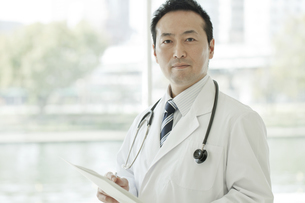 タブレットPCを操作する男性医師の写真素材 [FYI02509680]