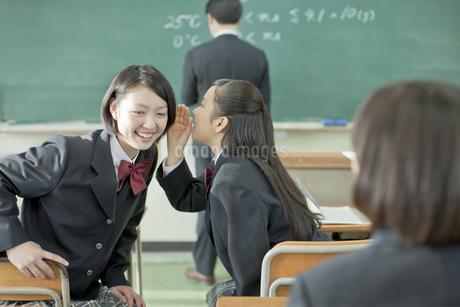 授業中内緒話をする女子校生の写真素材 [FYI02509691]