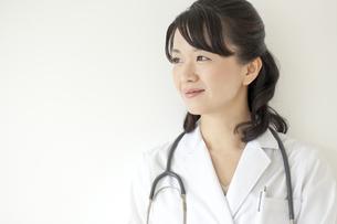 笑顔の日本人女性医師の写真素材 [FYI02509703]