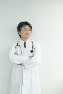 腕組みをして見上げる日本人の医師の写真素材 [FYI02509705]