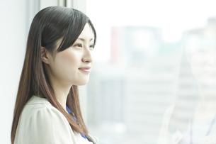 横顔の女性社員の写真素材 [FYI02509758]