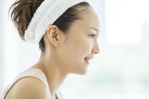 洗顔後鏡を見るスキンケアイメージの写真素材 [FYI02509764]