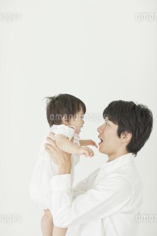 赤ちゃんを抱き上げる父親の写真素材 [FYI02509783]