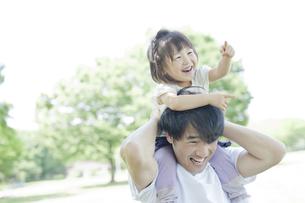 父親に肩車をしてもらいはしゃぐ女の子の写真素材 [FYI02509839]