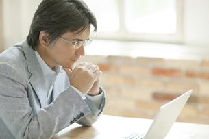 パソコン操作をするミドル男性の写真素材 [FYI02509945]