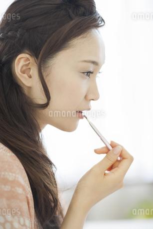 口紅を塗る美容イメージの写真素材 [FYI02509968]