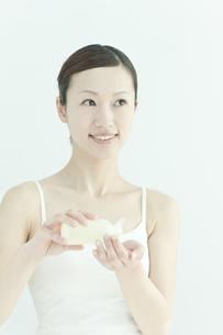 ローションを手に持つ若い女性のスキンケアイメージの写真素材 [FYI02509992]