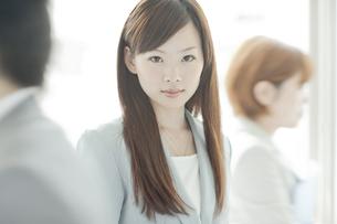 スーツ姿でオフィスに立つビジネスウーマンの写真素材 [FYI02510006]