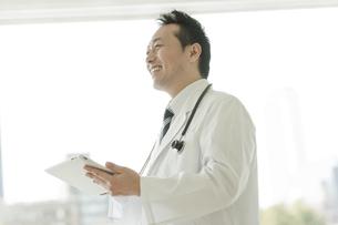 タブレットPCを操作する男性医師の写真素材 [FYI02510017]