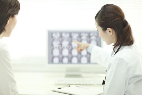 モニターの前で患者と話す女性医師の写真素材 [FYI02510020]