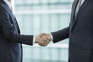 握手をするビジネスマンの手アップの写真素材 [FYI02510042]