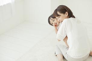 赤ちゃんを抱っこする母親の写真素材 [FYI02510047]