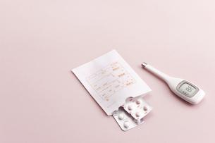 体温計と薬の写真素材 [FYI02510052]
