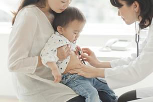 幼児に聴診器をあてる女性医師の写真素材 [FYI02510063]