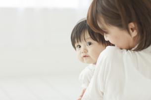 赤ちゃんを抱っこする母親の写真素材 [FYI02510092]