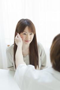 エステサロンでカウンセリングを受ける若い女性の写真素材 [FYI02510095]