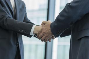 握手をするビジネスマンの手アップの写真素材 [FYI02510102]