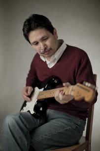 ギターを弾くシニア男性の写真素材 [FYI02510129]