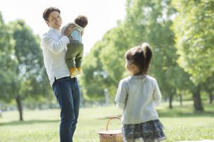 赤ちゃんを抱き上げる父親の写真素材 [FYI02510188]