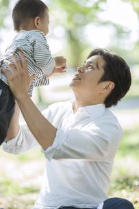 男の子を高い高いする父親の写真素材 [FYI02510212]