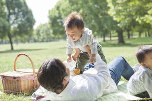 赤ちゃんを高い高いする父親の写真素材 [FYI02510213]