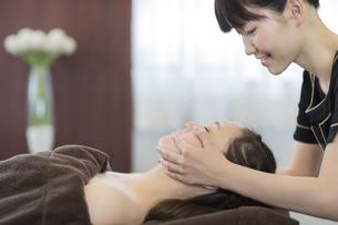 フェイスマッサージを受ける若い女性の写真素材 [FYI02510275]