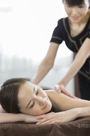 背中のオイルマッサージを受ける若い女性の写真素材 [FYI02510292]