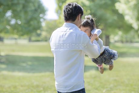 遊ぶ女の子と父親の写真素材 [FYI02510304]