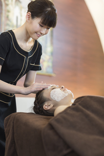 洗顔を受ける若い女性の写真素材 [FYI02510314]