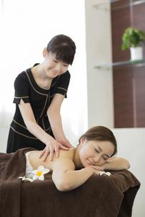 背中のオイルマッサージを受ける若い女性の写真素材 [FYI02510424]