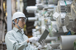 タブレットPCで仕事をする男性社員の写真素材 [FYI02510470]