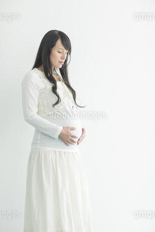 お腹に手をあてる妊婦の写真素材 [FYI02510508]