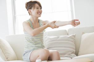 腕にクリームを塗る女性の写真素材 [FYI02510540]