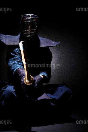 剣道の構えをする道着を着た男性の写真素材 [FYI02510544]