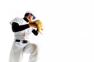 ボールを投げようとしている野球のユニフォームを着た男性の写真素材 [FYI02510554]