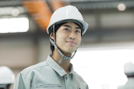 笑顔の男性作業員の写真素材 [FYI02510564]