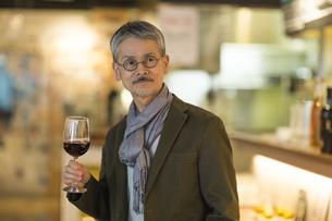 バーでワインを飲むシニア男性の写真素材 [FYI02510597]