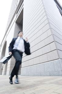 走るビジネスマンの写真素材 [FYI02510599]