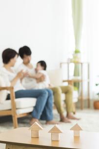 積み木と3人家族の写真素材 [FYI02510682]